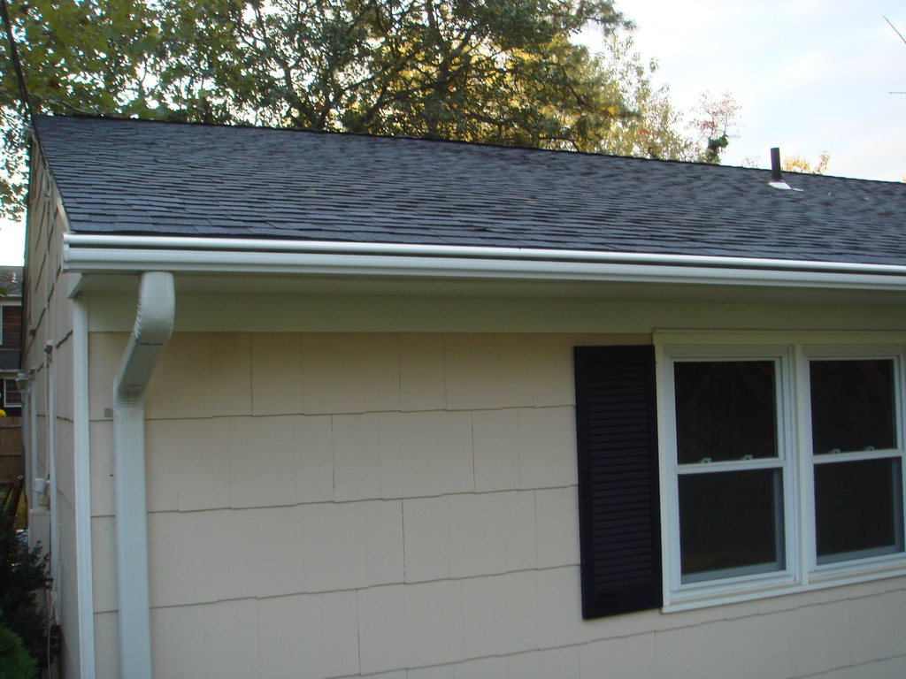 seamless gutter in white